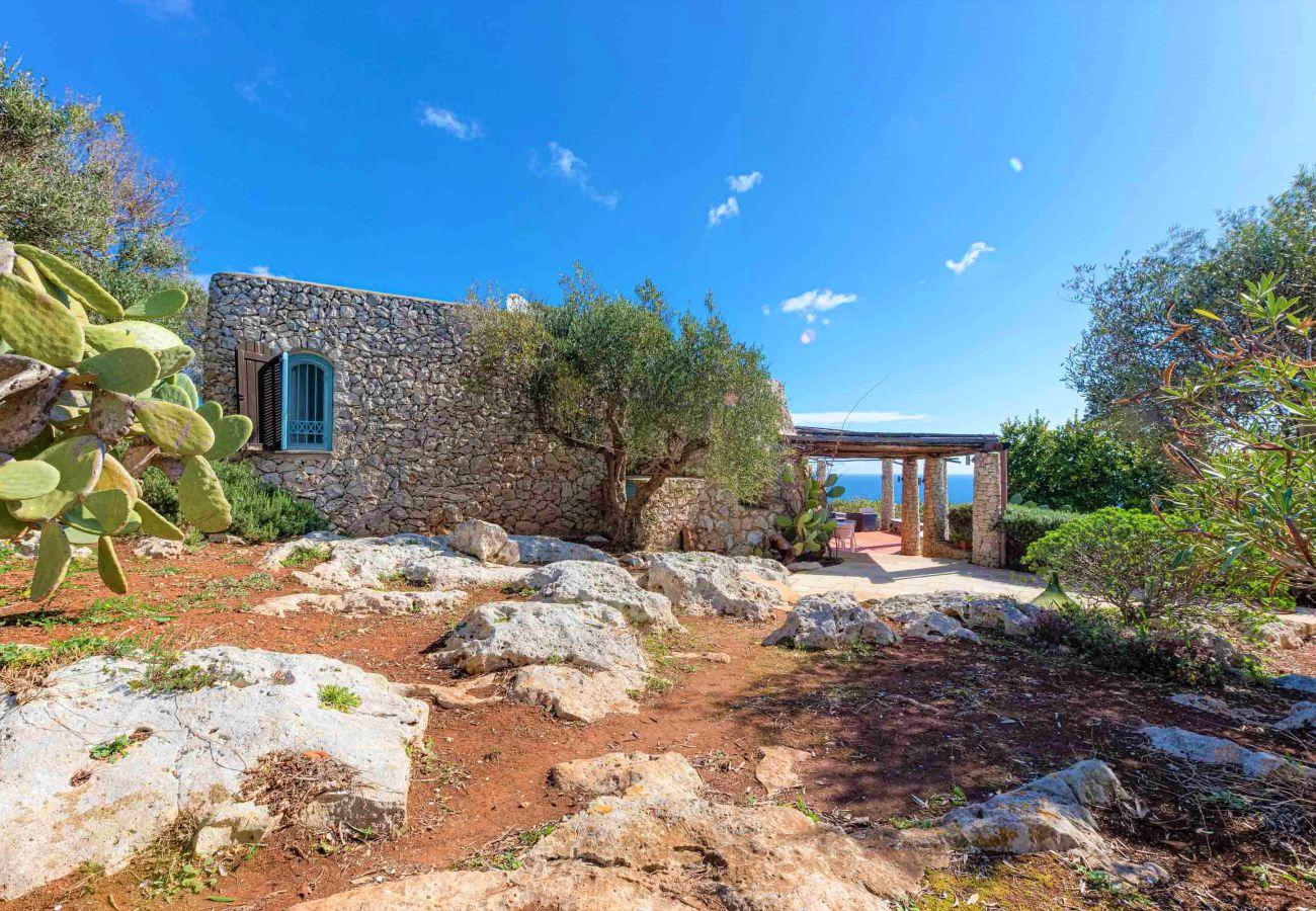 Ferienhaus in Gagliano del Capo - Villa mit beheiztem Außenwhirlpool und 180°-Meerblick