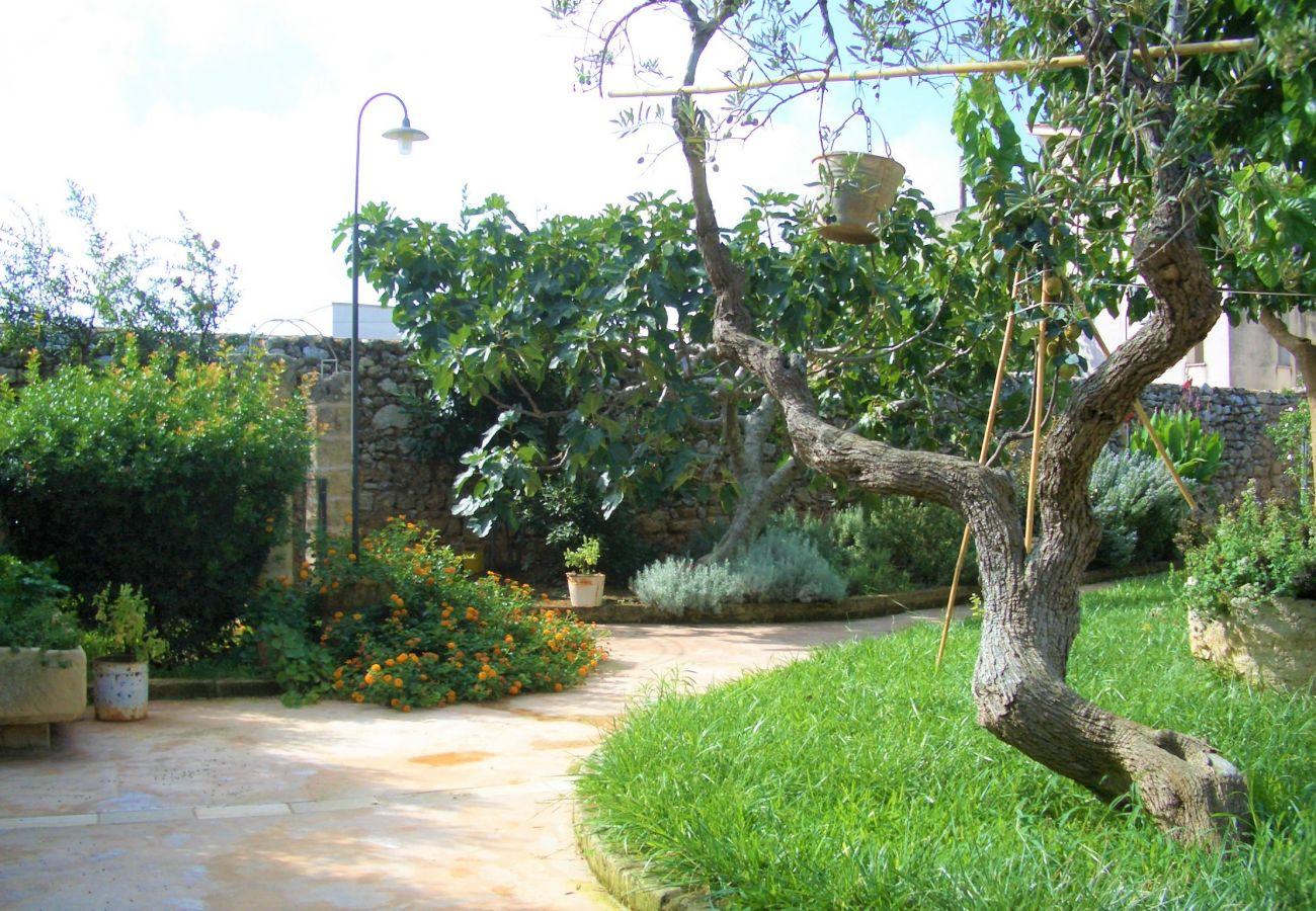 Ferienhaus in Patù - Historisches Haus mit Pool und mediterranem Park (A)