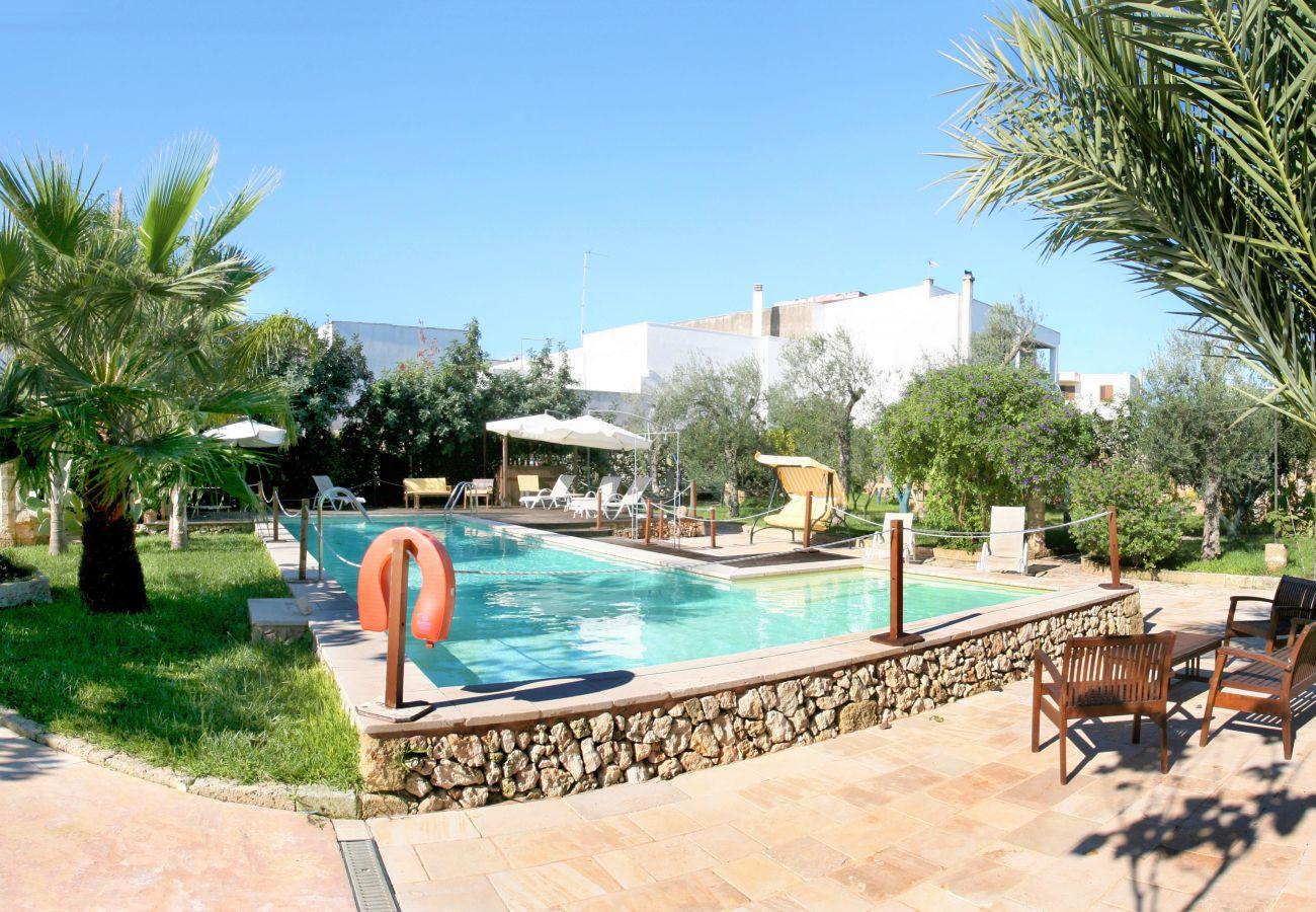 Appartamento a Patù - Piccolo appartamento con piscina e parco (E)