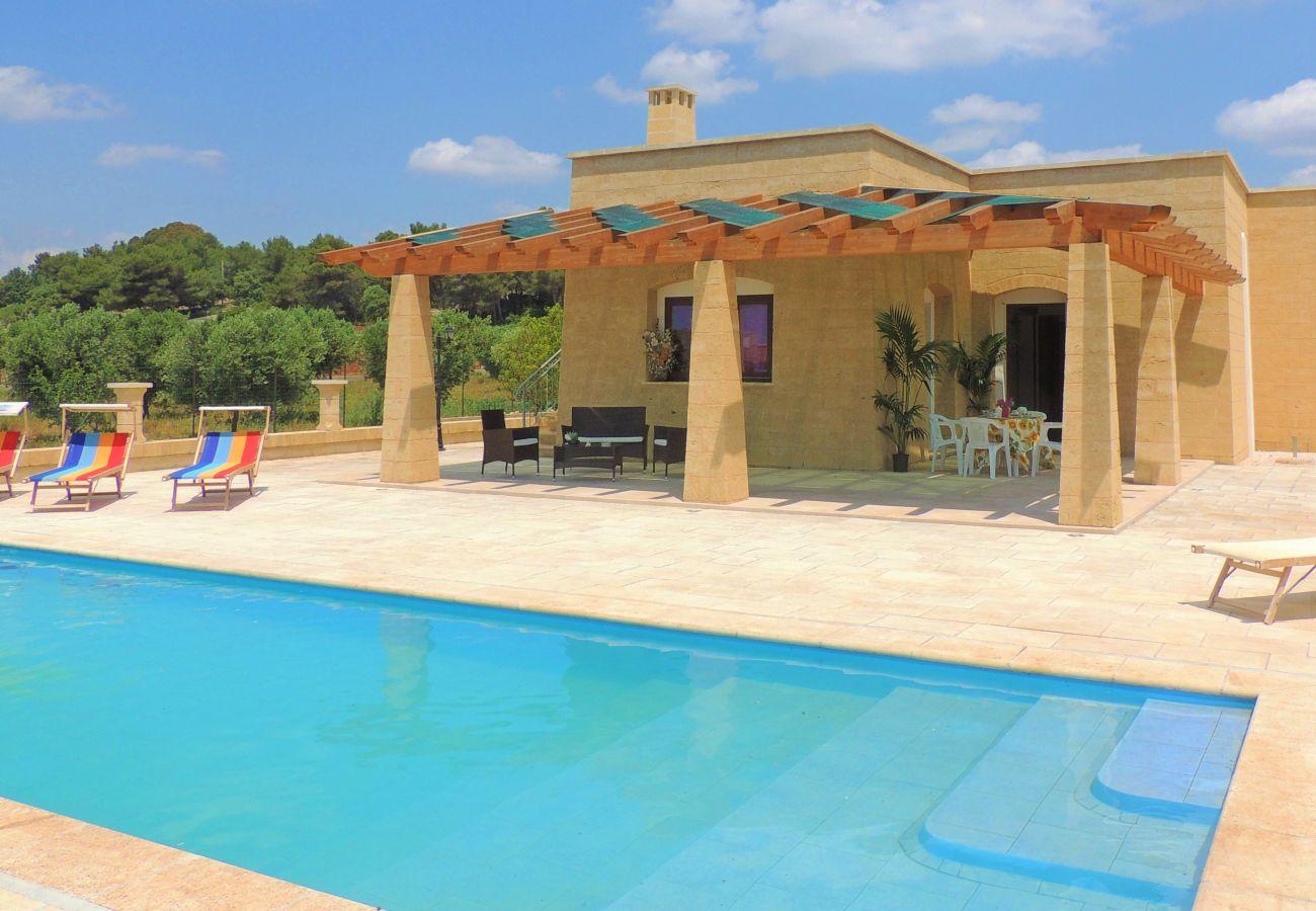Villa a Salve - Villetta con piscina a 2km dalle spiagge di Torre Pali